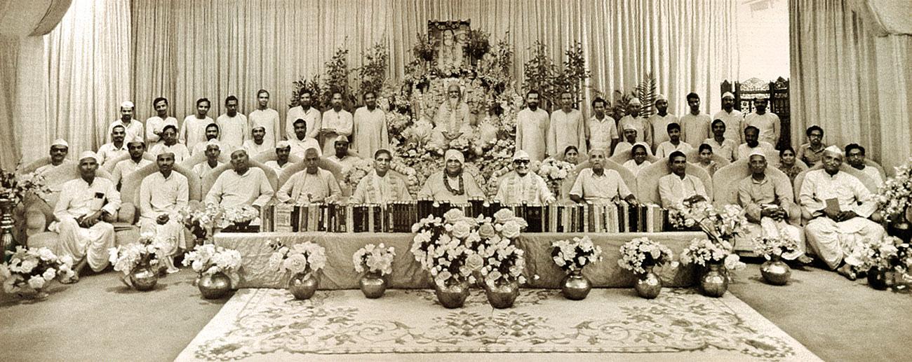 Maharishi Mahesh Yogi with Vaidyas