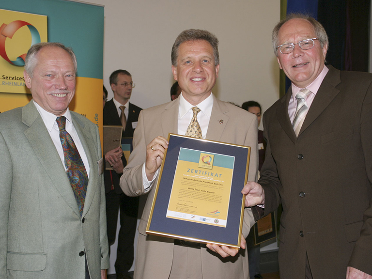 Überreichung der Auszeichnung durch den Bürgermeister